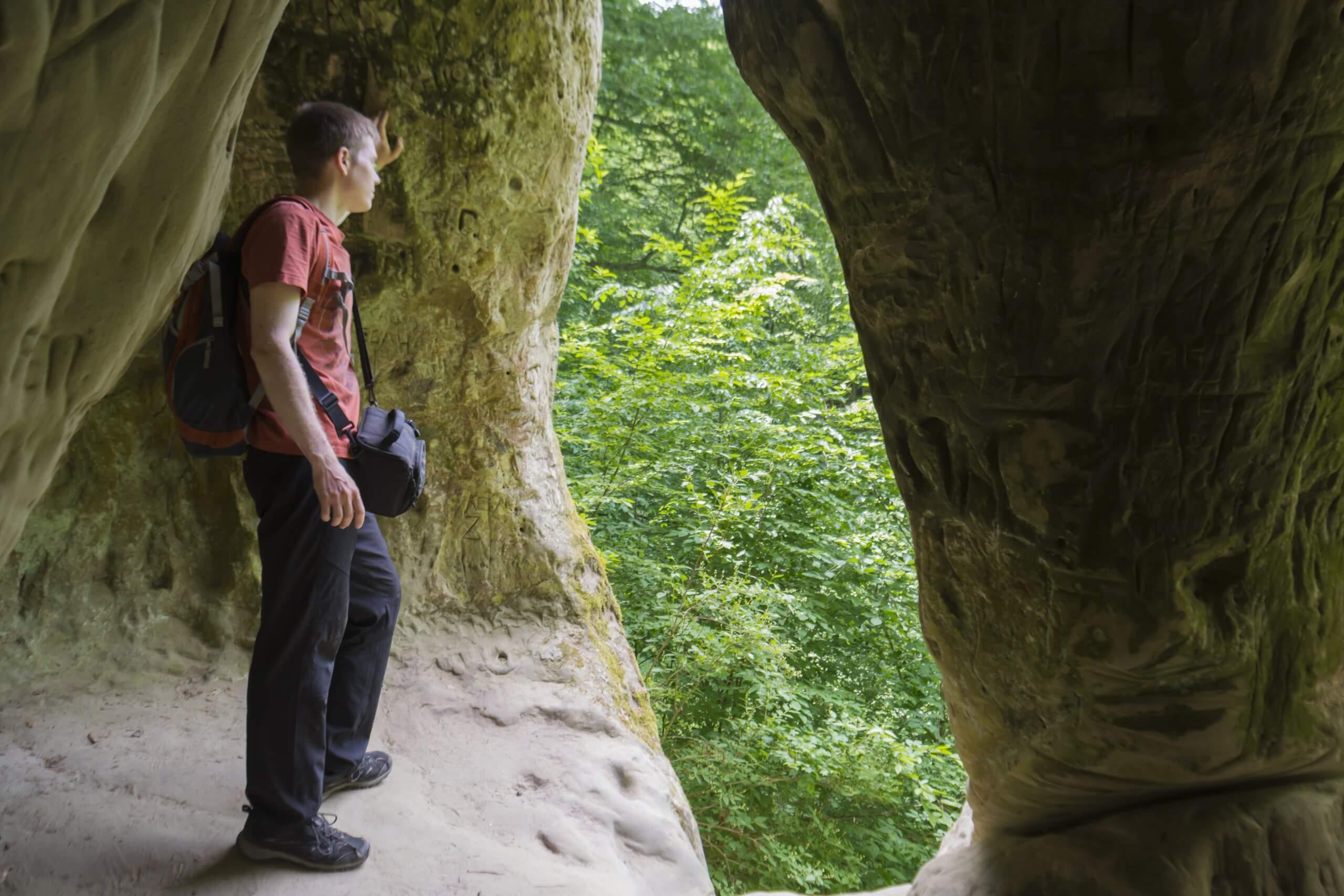 Вид из Богатырской пещеры на выход
