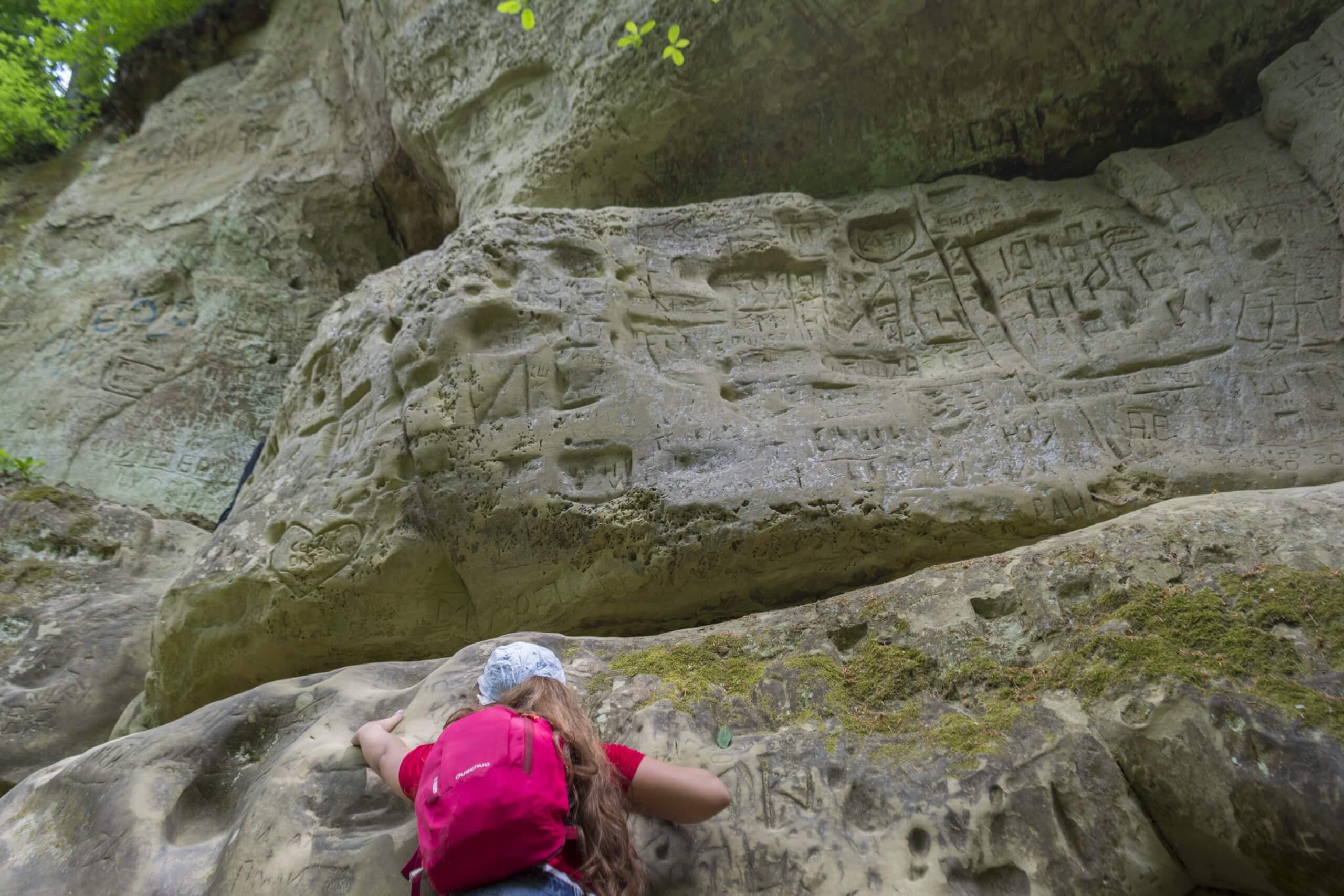 Вид снизу перед входом в первую пещеру