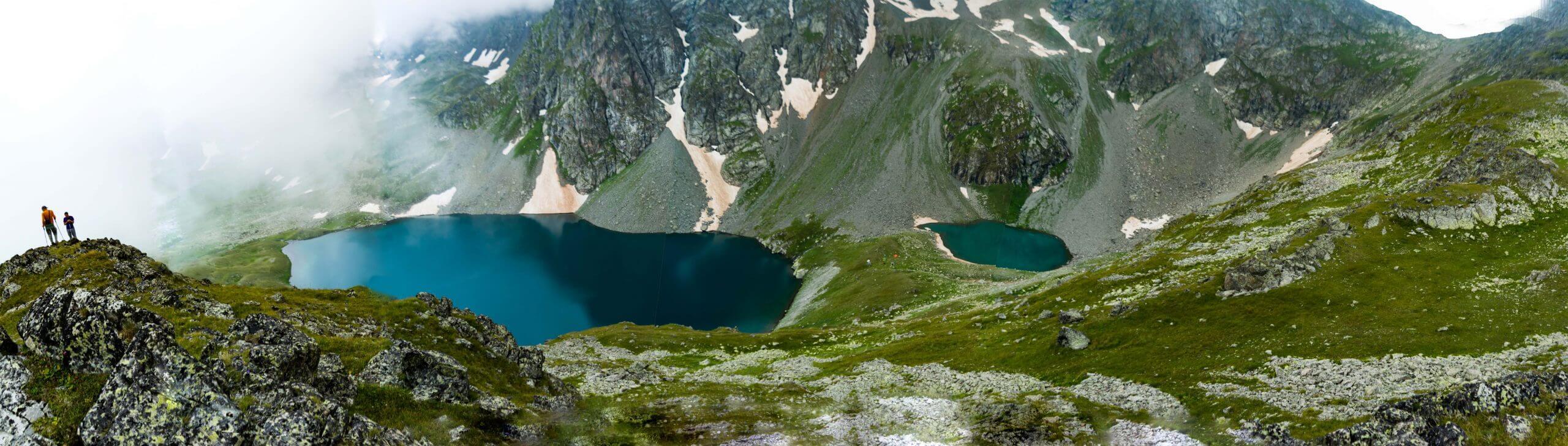 Лазурное озеро на фоне перевалов Семнадцати и Семнадцати Северный
